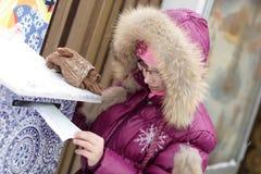Unge med bokstaven för Santa Claus Royaltyfria Foton