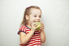Unge med det gulliga innehavet och att äta för frisyr det gröna äpplet Royaltyfria Foton