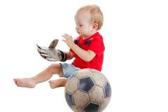 Unge med en fotbollboll Han är jätteglad Royaltyfri Foto