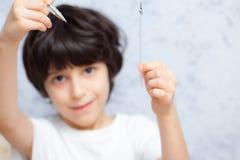 Unge med en penna Arkivfoto