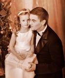 Unge med fadern nära julgranen. Arkivfoton