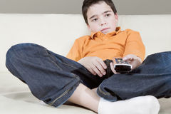 Unge med fjärrkontroll Arkivbilder