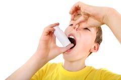 Unge med inhalatorn Arkivbilder