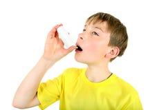 Unge med inhalatorn Arkivfoton