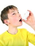 Unge med inhalatorn Fotografering för Bildbyråer