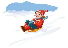 Unge med pulkan, snö - lycklig vintersemester Arkivbild