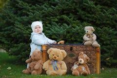 Unge med stora leksaker royaltyfri fotografi