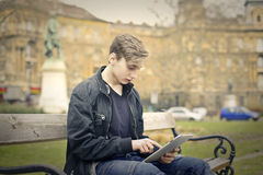 Unge med tableten royaltyfria bilder