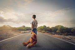 Unge med teddybear arkivfoton