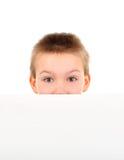 Unge med tomt papper Fotografering för Bildbyråer