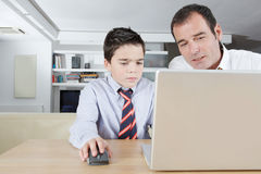 Unge och farsa på bärbar dator Royaltyfri Bild