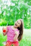 Unge och fruktsaft Arkivbild