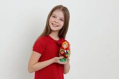 Unge och matrioshka Fotografering för Bildbyråer