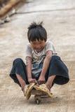 Unge på den tre rullade kommande ner kullen för skridskobräde Royaltyfri Foto