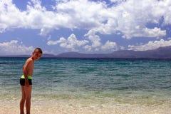 Unge på sjösidan Royaltyfria Bilder