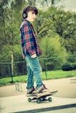 Unge på skateboarden arkivfoton