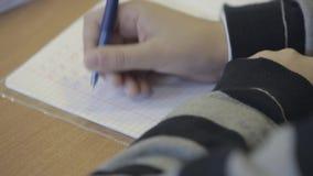 Unge på skolan lager videofilmer