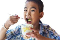 Unge som äter glass Arkivbild