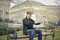 Unge som använder minnestavlan royaltyfria bilder