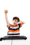 Unge som använder datoren på vit bakgrund Royaltyfria Bilder