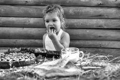 Unge som enjoing hans mål Den gulliga pysen äter bär Arkivfoton