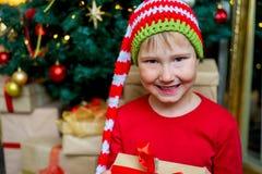Unge som firar jul Royaltyfri Foto