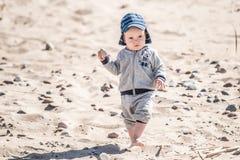 Unge som går på sand arkivfoto