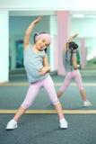 Unge som gör konditionövningar Royaltyfri Bild