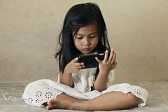 Unge som håller ögonen på den smarta telefonen Arkivfoto