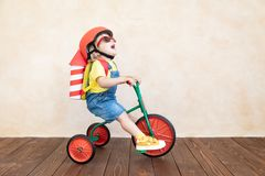 Unge som hemma spelar med leksakraket arkivbilder