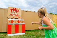 Unge som kastar bollar på ett mål Royaltyfria Bilder