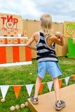 Unge som kastar bollar på ett mål Fotografering för Bildbyråer