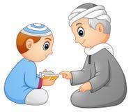 Unge som lär läst quran till hans fader som isoleras på vit bakgrund royaltyfri illustrationer