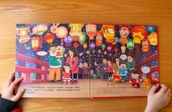 Unge som läser böcker som 3D introducerar kulturer om kinesiskt nytt år hemma royaltyfria foton