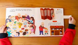 Unge som läser böcker som 3D introducerar kulturer om kinesiskt nytt år hemma fotografering för bildbyråer