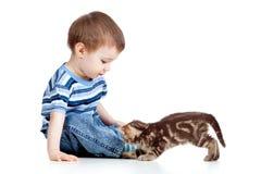 Unge som leker med katten Royaltyfri Bild