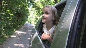 Unge som reser med bilen, barnframsida som ut ser fönstret, flicka som beundrar naturen royaltyfria foton