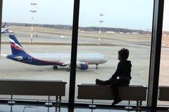 Unge som ser flygplanet Arkivbild