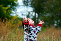 unge som ser skyen till upp Arkivfoto