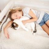 Unge som sover med katten Royaltyfri Fotografi