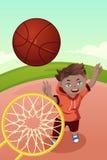 Unge som spelar basket Arkivbild