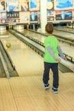 Unge som spelar bowling Arkivbilder
