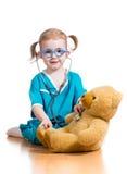 Unge som spelar doktorn med leksaken royaltyfri foto