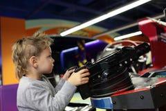 Unge som spelar en första personskytt Royaltyfri Fotografi