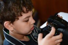 Unge som spelar med hans kamera Royaltyfri Foto