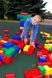 Unge som spelar med kuber Royaltyfria Foton