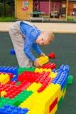 Unge som spelar med kuber Royaltyfri Bild