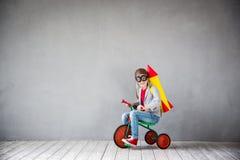 Unge som spelar med strålpacken hemma Arkivfoton