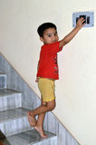 Unge som spelar med strömbrytaren Royaltyfria Foton