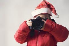 Unge som tar bild på juldag Arkivbild